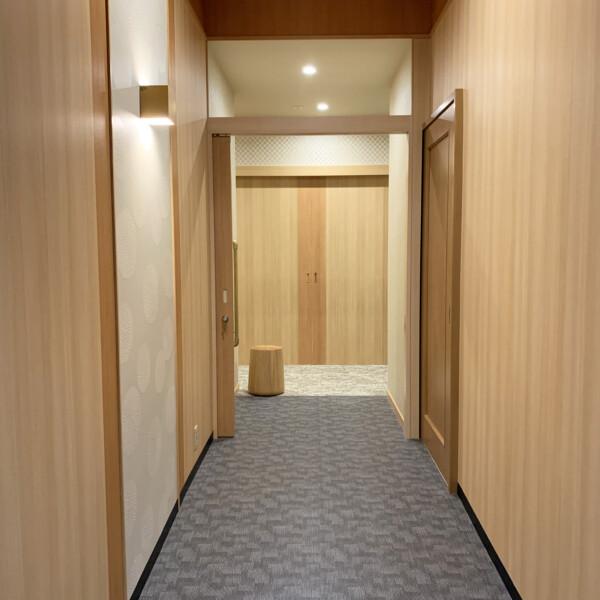 親族控室1-通路前室